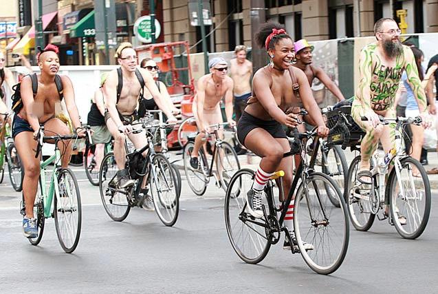 美国费城上百人骑行 纪念裸骑7周年