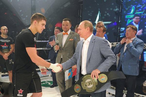 普京与梅德韦杰夫观看搏击 为获胜者颁发金腰带