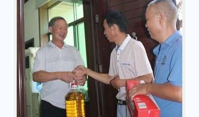 咸宁为转业人员困难家庭送去物资和慰问金
