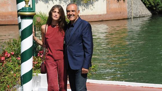 72届威尼斯:电影节主席抵达 超模瑟娜薇秀身材