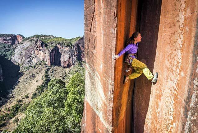 瑞士女教师徒手攀岩305米高裂缝峭壁