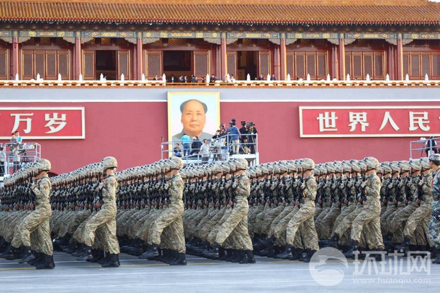 """2015年9月3日上午,""""9·3""""纪念抗战胜利70周年阅兵即将拉开序幕。一早,受阅部队整装待发。记者张思扬 徐璐明 洪祖诚 摄。"""