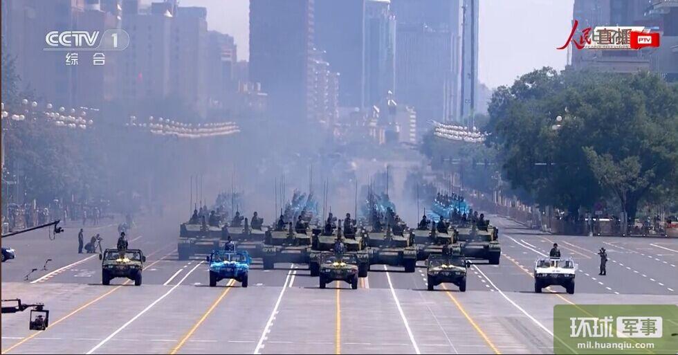 """被称为""""陆战之王""""的99A坦克在第一方阵亮相。"""
