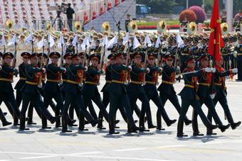 外军方队和代表队接受检阅