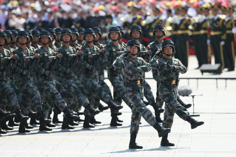 """9月3日,中国人民抗日战争暨世界反法西斯战争胜利70周年纪念大会在北京隆重举行。这是""""狼牙山五壮士""""英模部队方队通过天安门广场。"""
