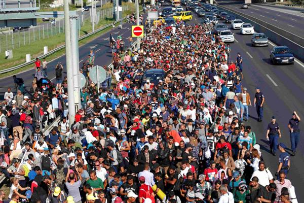 匈牙利上千移民冲出难民营涌上高速公路