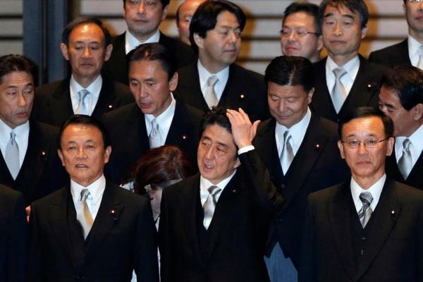 亚博国际:安倍缺席与菅义伟说三道四