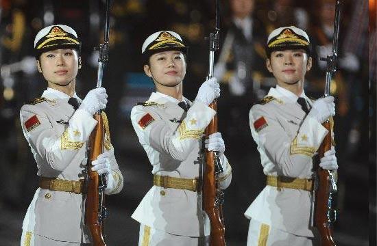 我军仪仗队女兵亮相莫斯科红场