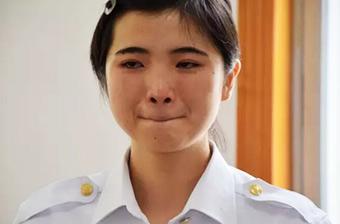 退伍季女兵含泪告别军营