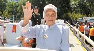 拥军八姐妹近百岁老人受阅热泪难抑