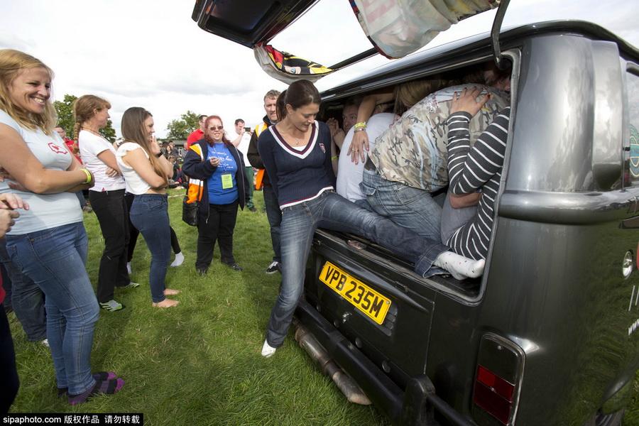 英国51人狂挤一辆面包车 欲打破吉尼斯世界纪录