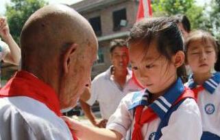 小学生看望慰问92岁抗战老兵 接受爱国教育