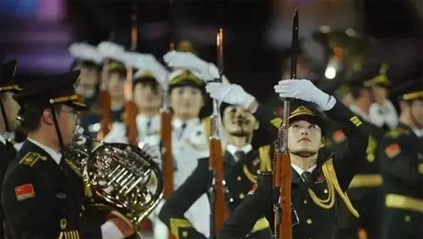 仪仗队女兵红场展示整齐枪操