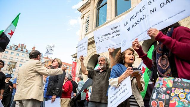 法国里昂上百人举行集会游行 呼吁关注叙利亚难民