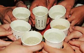 退伍女兵活泼一面:举杯共饮搞怪自拍(组图)