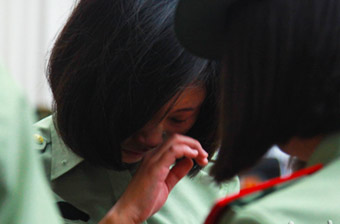 武警女兵向警徽告别不忍落泪