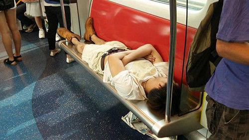 香港一男子早高峰躺地铁座椅睡觉 网友:霸气(图)