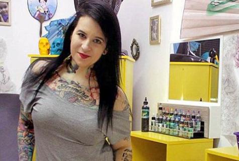 巴纹身师免费用图案为受伤女性遮盖伤疤图片