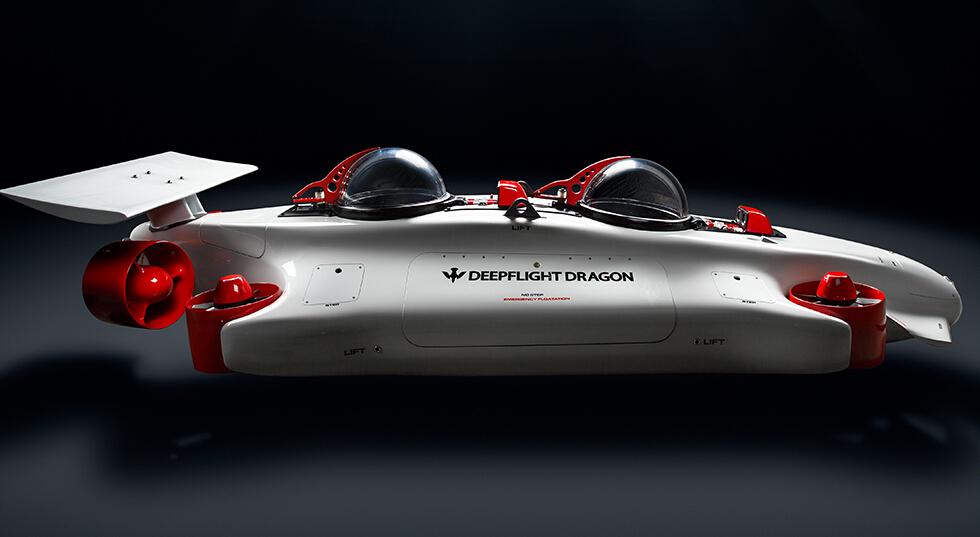 【环球科技综合报道】传说中的飞行潜艇Deepflight Dragon正式发布,将亮相本月摩纳哥游艇展,售价预计高达150万美元。Deepflight Dragon是一艘四轴推进双座飞行潜艇,外观似飞船,有两个座位,每个座位都安装有专属的气泡玻璃驾驶舱。