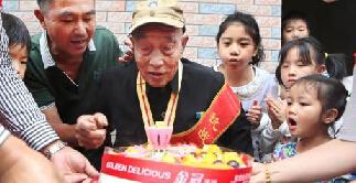 关爱老兵:湖南临武县为96岁抗战老兵过生日