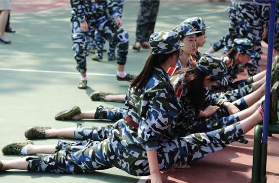 高校军训舞蹈系女生秀一字马