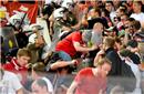 拜仁球迷客场遭希腊警方殴打 暴力执法一人重伤