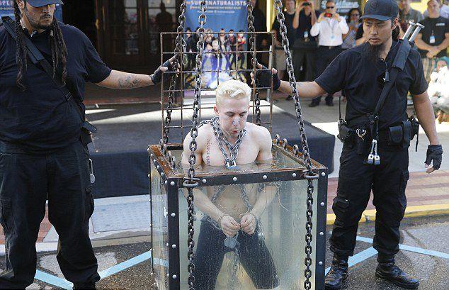 美魔术家表演水箱脱身遇意外险溺亡