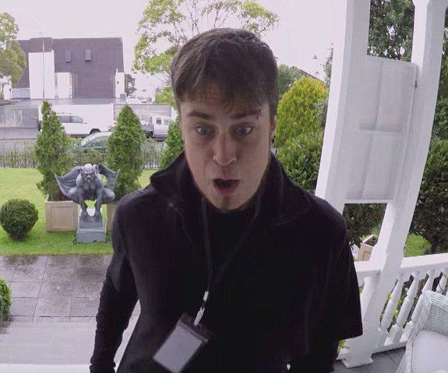 新西兰男子假扮门环 连连吓跑上门推销员