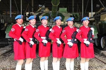 拉萨女民兵持枪与96A坦克合影