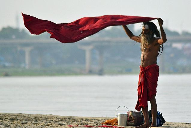 实拍印度恒河边游走的苦行僧和渔民
