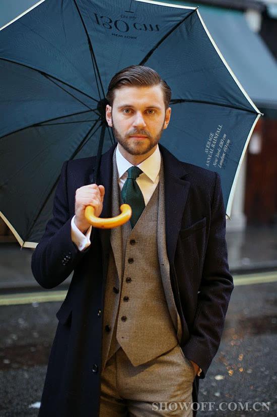 绅士凹造型最佳利器之撑起雨伞