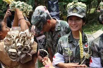 马来部落向中国女兵表示感谢
