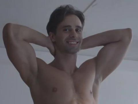 女生人体艺术课上这样画裸男 老师会心的笑了