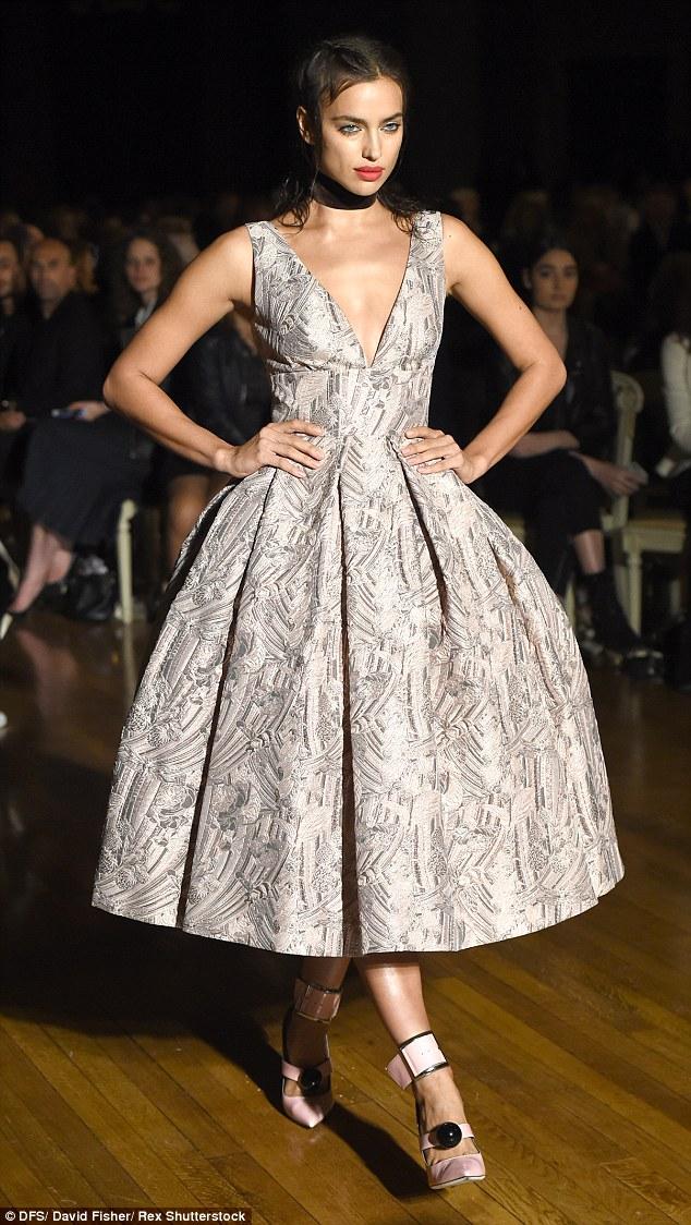 伊莉娜•莎伊克身着低胸伞裙礼服亮相伦敦时装周
