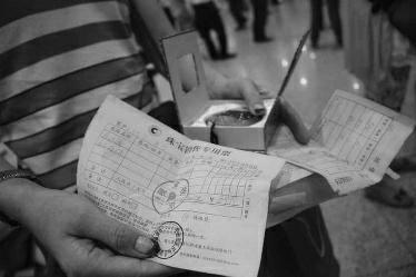 陕西43人游香港被关珠宝店3小时:不买不让出(图)