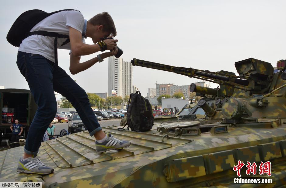 乌克兰军迷踩上装甲车拍照