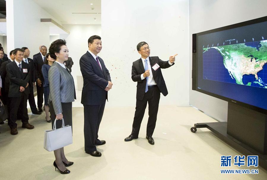 9月23日,国家主席习近平在西雅图附近的雷德蒙德市参观美国微软公司总部。这是习近平夫妇观摩大数据可视化系统展示。 新华社记者 兰红光 摄