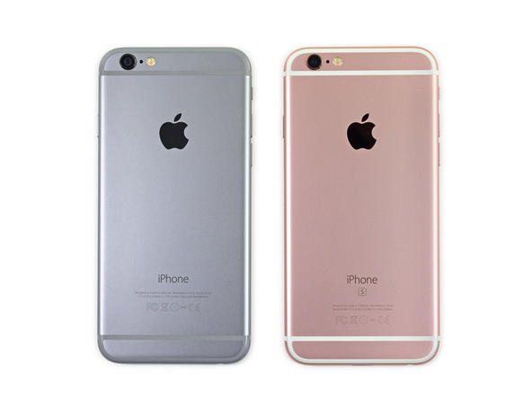 我们终于可以看到新iPhone里面究竟有何变化。一眼看上去,iPhone 6s跟iPhone 6一模一样。把它们并排放到一起,几乎看不出差别。   如果你足够仔细,你可以看出新iPhone 6s要比iPhone 6厚那么一丁点儿(138.3x67.1 x7.1mm vs. 138.1x67.0x6.9 mm)。你还可以看到iPhone 6s的型号为A1688。   iPhone 6s也比旧款重一点(143克 vs 129克)。