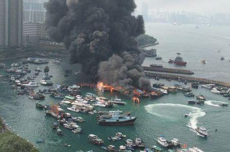香港维多利亚港发生大火 现场不断传出爆炸声(图)