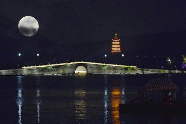 中秋夜各地现九年来最大最圆月亮
