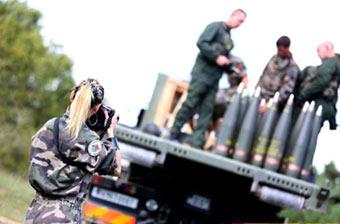 美女记者拍下法军炮兵训练画面
