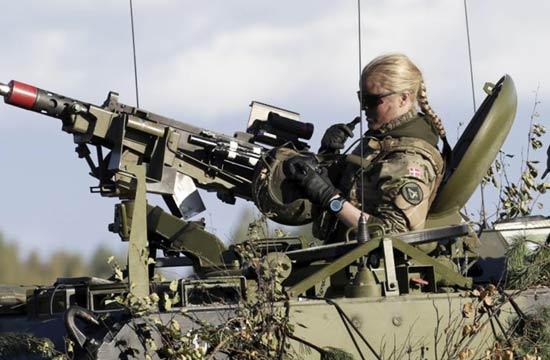 北约在东欧军演女机枪手很彪悍