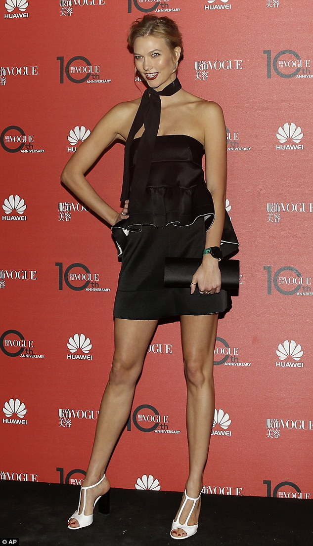 超模克劳斯着抹胸短裙现身《Vogue》中国版十周年庆典