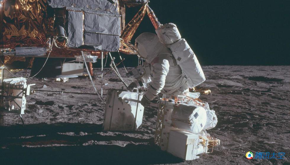是阿波罗12号宇航员在月面卸载从登月舱取出的货物,胸前的是哈苏