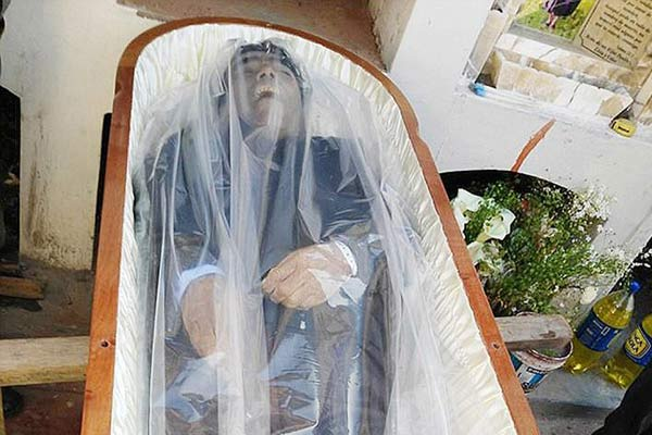 秘鲁医生发明死尸不腐技术 亲兄弟死后一年依然完好