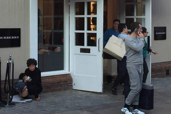 疑似中国游客抱小孩在英随地大小便引争议