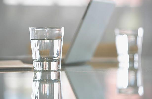 一杯水的寿命最长16个小时是真的吗