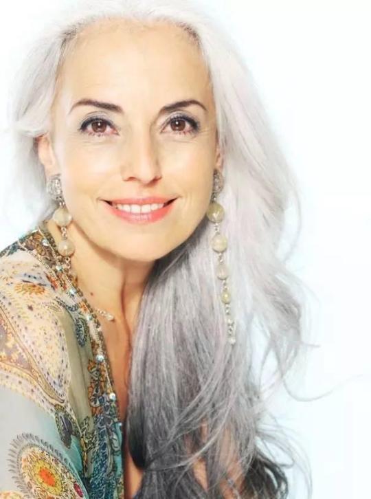满头银发的60岁法国超模 一生都美