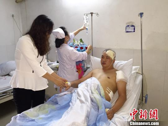 民警抓捕中被刺5刀仍不放手 鲜血染红全身(图)