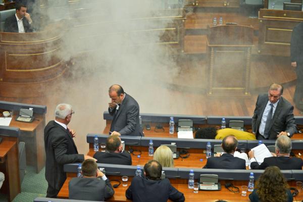 科索沃议会发生骚乱 反对派释放催泪弹